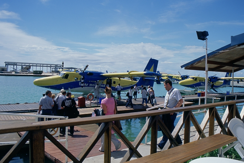 am Pier der Maldivian Air Taxi